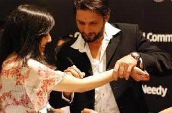 Shahid Afridi Autograph On Girl's Hand