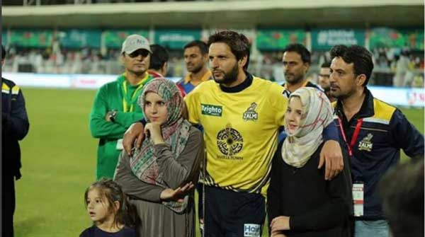 ansha afridi with father