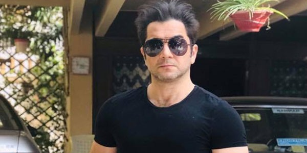 Actor Kashif Mehmood wearing a black t-shirt