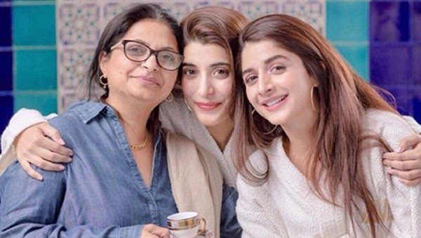 urwa hocane with her sister and mother